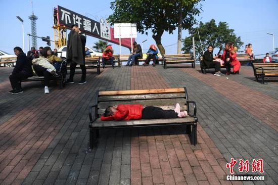 """""""魔幻""""重庆城 斜坡上打造休息区"""