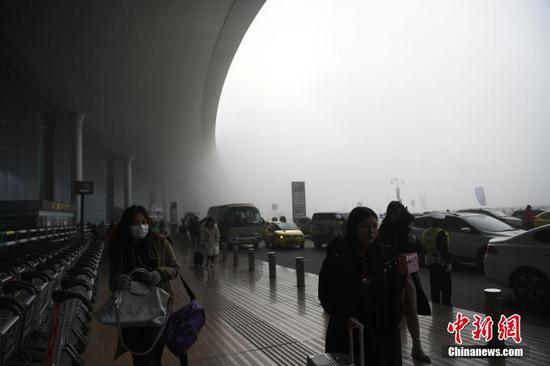 重庆遭遇大雾天气 机场众多航班受影响