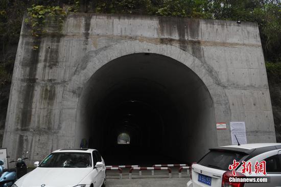 重庆一大学校园内现人行隧道方便学生出行