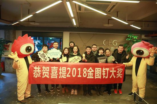 图为重庆电影集团代表领奖合影
