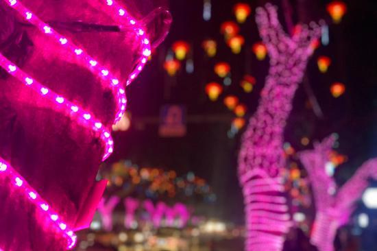 解放碑迎春灯饰吸引游人 上演星梦童话