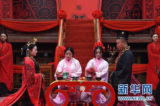 共牢合卺解缨结发 重庆新人古镇举行传统汉式婚礼