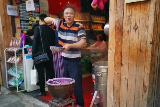 重庆磁器口店铺老板花式招揽生意 你为哪种买单?