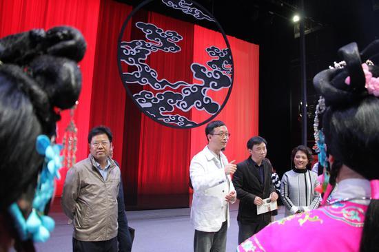 重庆市文旅委刘旗主任在和演职人员们交流