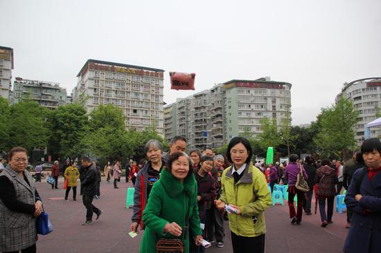 现场的互动游戏环节吸引了众多市民的参与