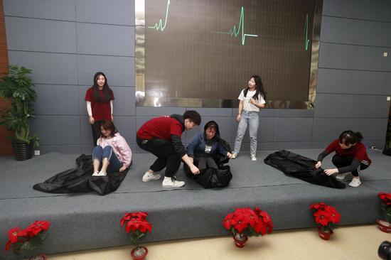 躺在袋子里体验死亡 摄影:王孟举