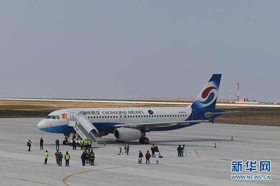 4月18日,重庆巫山机场,参与试飞的客机停靠在机坪。新华网 李相博 摄