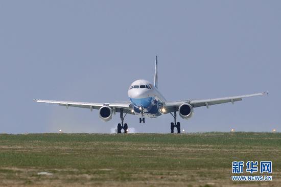 4月18日,重庆巫山机场,重庆航空一架A320客机安全平稳降落,标志着巫山机场成功试飞。新华网 李相博 摄