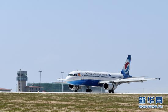 4月18日,重庆巫山机场,参与试飞的客机落地后,滑行经过航站楼。新华网 李相博 摄