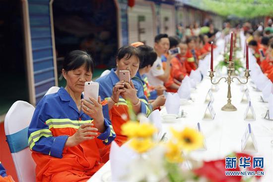重庆劳动者长桌宴开席 致敬身边的劳动者