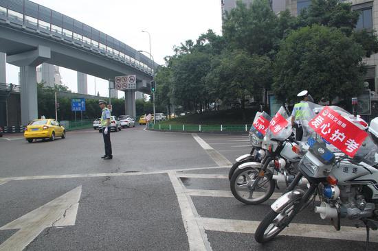 渝北交巡警爱心车队在为高考护航