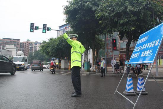 渝北交巡警在考场外,冒着大雨维护交通