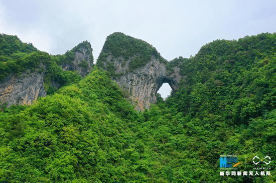奇特!重庆一山体正看形似天门山 竖看又像极了人脸