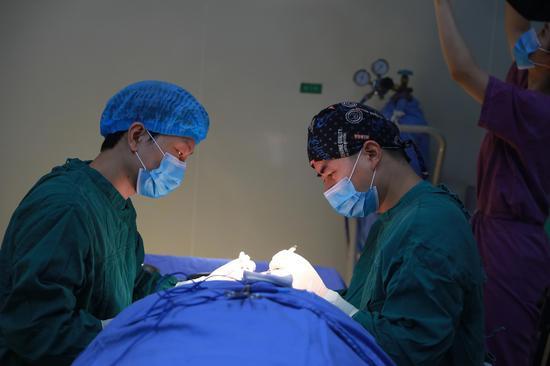 谢锦清副院长在进行了贝塔2.0祛眼袋手术