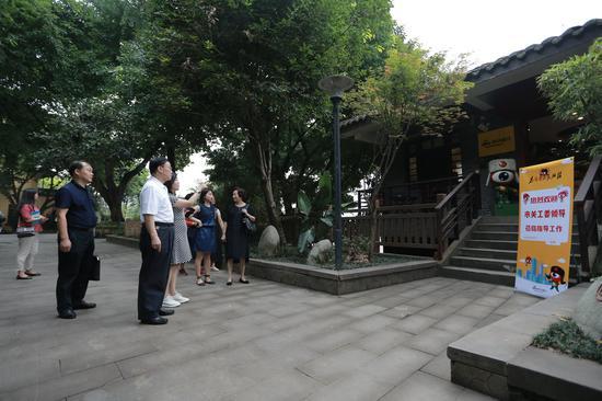 肖祖修主任一行参观新浪重庆办公场所