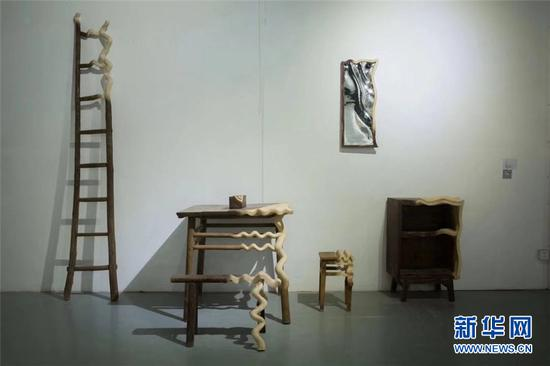 四川美术学院雕塑系优秀毕业作品展《艺程似锦》在重庆1089当代艺术中心展出。新华网发(郭雨嫣 摄)