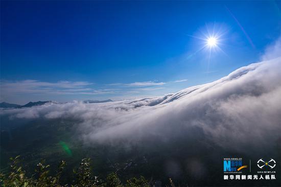 重庆金佛山云瀑倾流而下 一泻千里气势恢宏[组图]