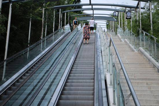 重庆首条电动扶梯崖壁步道投用 化龙桥10分钟到大坪