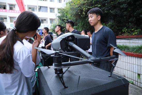 重庆:高考学子圆梦走进警营 实际体验特警日常