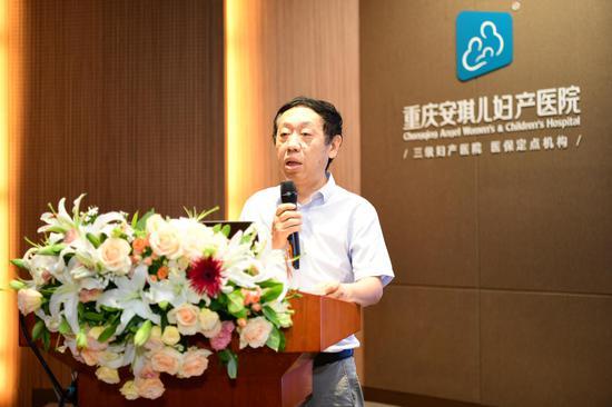 重庆市卫生信息中心《重庆医学》编辑部主任徐川平致辞,提出培训会对加强临床和基础研究、人才培养、学术交流的重要意义。