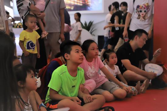 """孩子们的""""乐园"""" 看智博会上小观众如何体验高科技"""