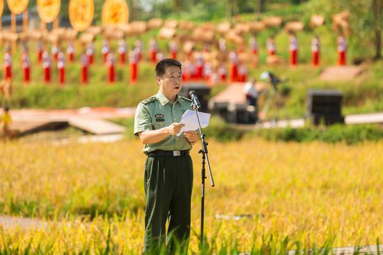 杨利伟向广大农民朋友问候祝贺 摄影/覃宇