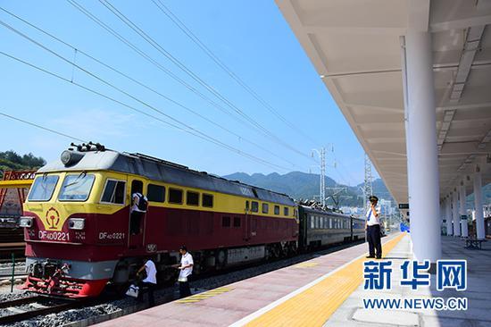 J5712号检测车驶出黔江火车站,进行黔张常铁路联调联试工作。新华网发