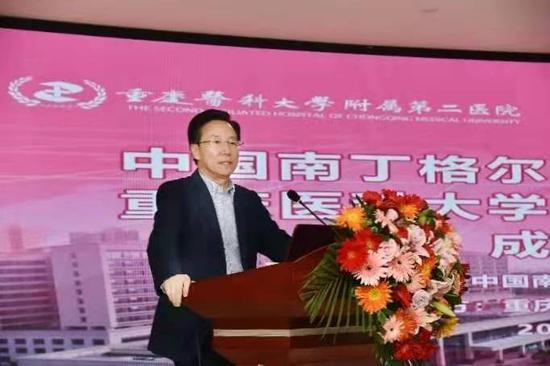 大会由重庆医科大学附属第二医院副院长梅浙川教授主持,伴随着激昂、嘹亮的国歌声,会议拉开了帷幕。