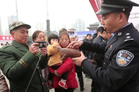 """让假茅台现身 直击重庆警方""""昆仑""""行动展示现场"""