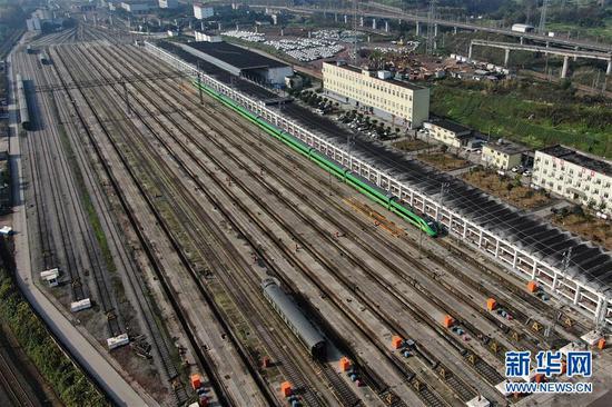 1月7日,重庆车辆段CR200J动车组列车整装待发。
