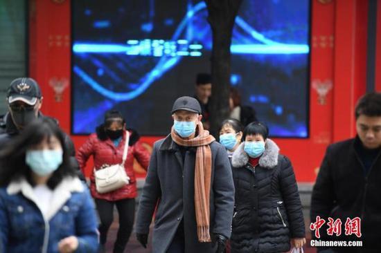 1月24日,重庆市南川区街头众多民众戴着口罩出行。当日,据重庆市政府发布消息,根据《重庆市突发公共卫生事件专项应急预案》,重庆市决定启动重大突发公共卫生事件I级响应。陈超 摄