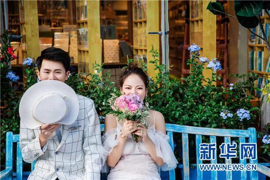 唐孝玲与左丽的婚纱艺术照。新华网发(受访者供图)