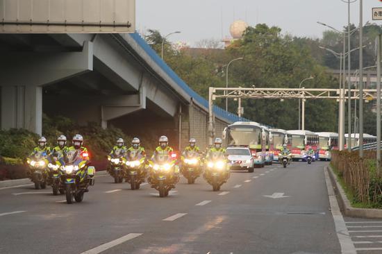 渝警骁骑护航 200余名民警迎接援鄂医疗队凯旋