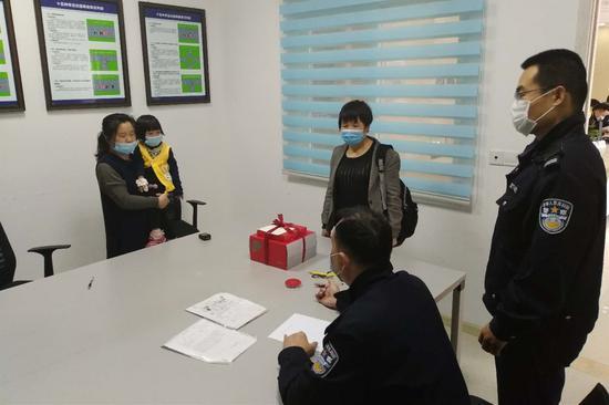 两岁女童意外断指求助交巡警 绿色通道15分钟送医