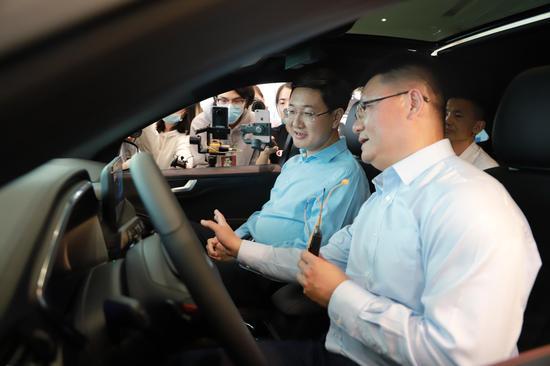 两江新区直播团正在汽车内部体验