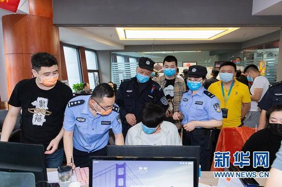 重庆市公安局两江新区分局抓捕现场。新华网发