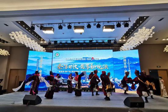 甘孜州带来热情的锅庄舞,邀请重庆市民现场体验川西风情。