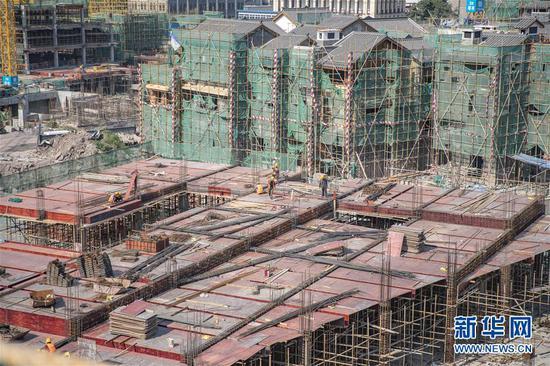 8月28日,工人在重庆十八梯传统风貌改造项目现场施工。