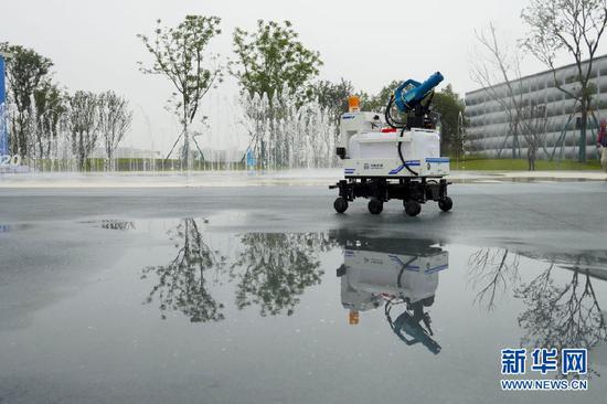 在2020线上智博会展区,一家企业展示智能消毒机器人。新华社记者 刘潺 摄