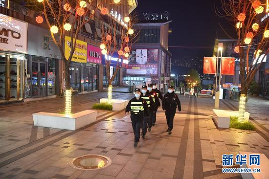 春节期间,重庆特警正在巡逻。新华网发