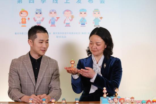 綦江区文化旅游委主任胡梅(右)