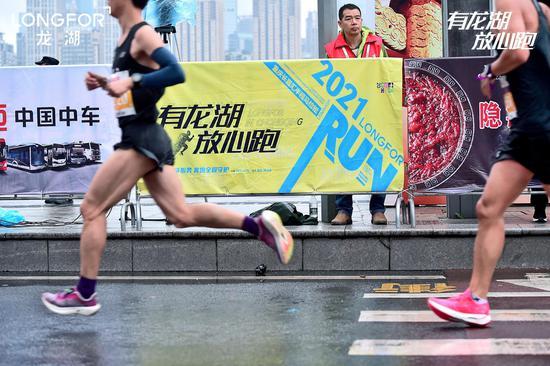 2021重庆半程马拉松比赛现场图