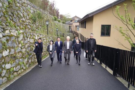 渡边总领事一行在懒人村落