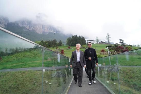 渡边总领事一行到访大地艺术花园