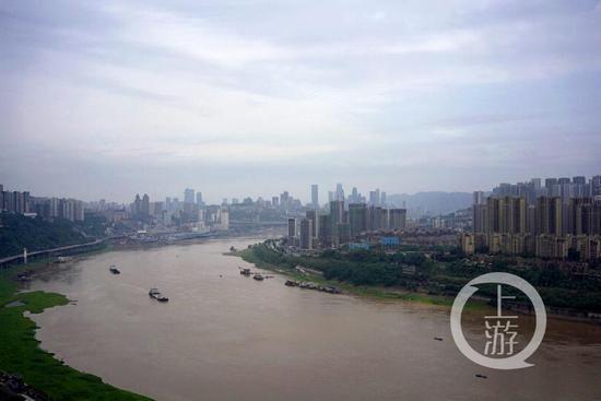 """洪峰将至 长江水位上涨大船变成""""小模型"""""""