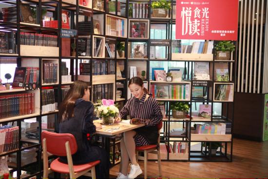 在必胜客悦读食光餐厅享受阅读与美食