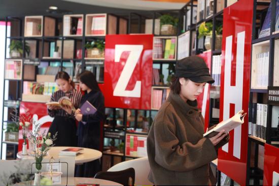 市民在重庆必胜客悦读食光餐厅读书