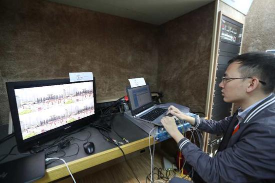 中国电信工作人员在央视春晚摄像机位通过5G终端回传