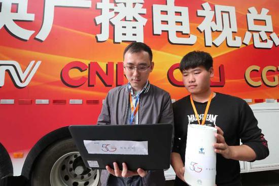 中国电信工作人员在央视春晚转播车测试5G信号
