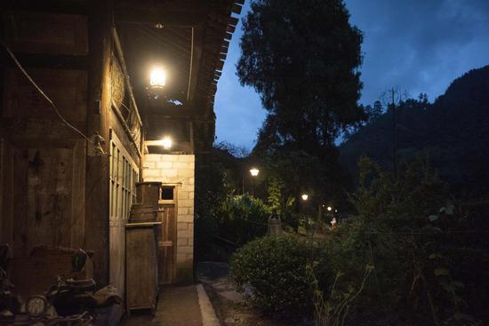 村民的家门前亮起了一串马灯。重庆市公路养护管理段供图